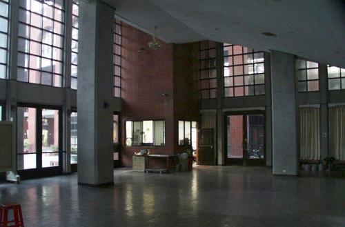 展覽大廳整修前空間黑暗且無休憩區