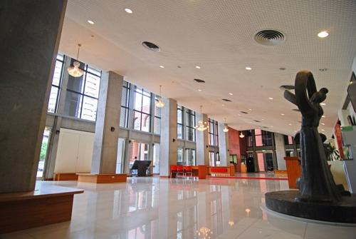 展覽大廳整修後空間明亮且具質感