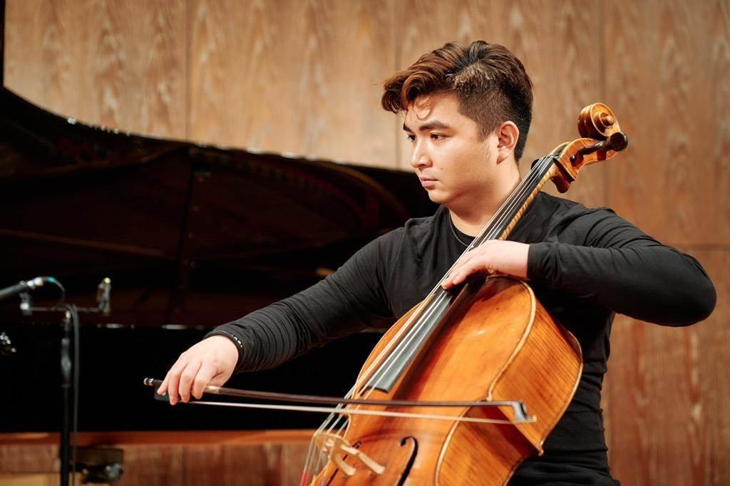 2018年新北市樂壇新星謝孟峰將響應新北市文化局《新星的祝福》計畫,演奏巴哈的《無伴奏大提琴組曲第六號:阿勒曼舞曲》為抗疫英雄及民眾帶來祝福。(新北市文化局提供)